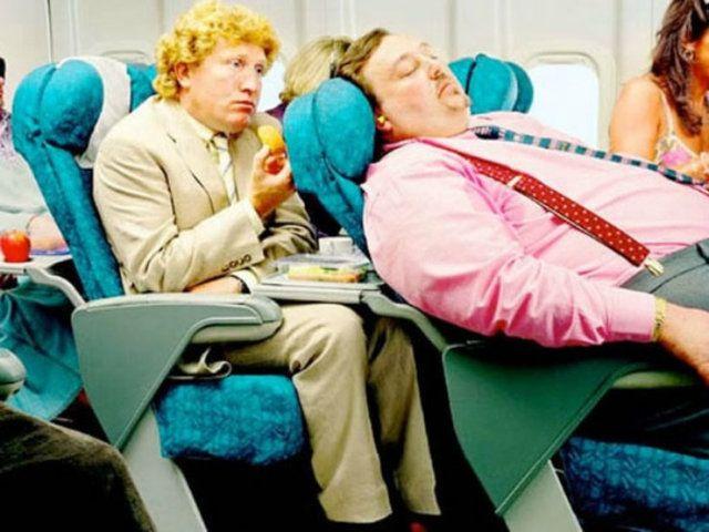 """10 embertípus, aki mellett nem akarsz végigülni egy repülőutat  - Mind ismerjük Sartre híres mondását, miszerint """"A pokol a másik ember."""". Ez a kijelentés a tömegközlekedési eszközökön sokszorosan lép hatályba, amelyek közül is a legelviselhetetlenebb magatartásokkal a repülőkön találkozhatunk – valószínűleg hozzátesz valamelyest az út akár több tíz órás időintervalluma, illetve az ülések zsúfoltsága és a szabad mozgás hiánya. Íme, tíz embertípus, aki mellett nem akarsz végigülni egy…"""