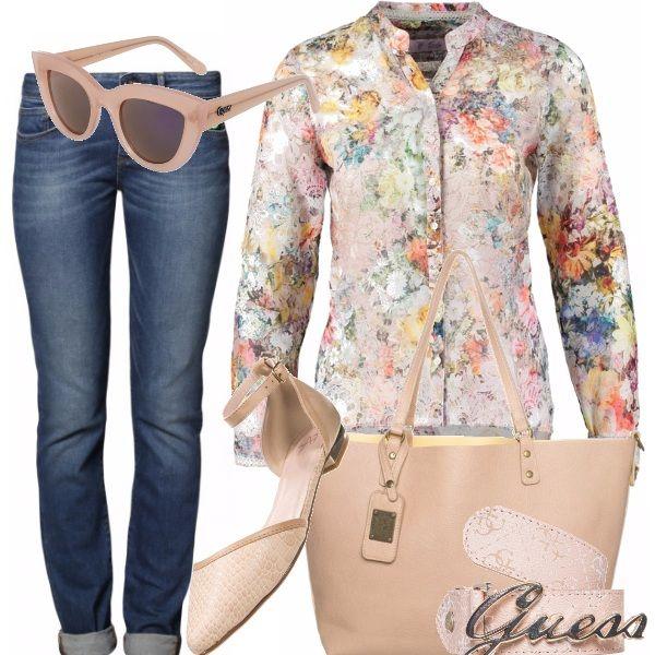 Il jeans con risvolto diventa romantico se indossato con il trend del momento: i fiori e il rosa cipria. Perfetto tanto per lo shopping in città quanto per una gita fuori porta.