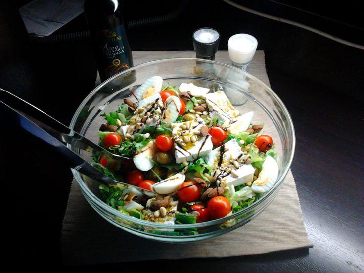 Mmm! Ce zici de o salata din legume proaspete si ou fiert?