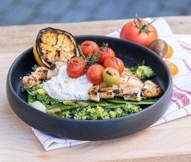 En perfekt grillkväll ordnar du enkelt genom att grilla kyckling, grilla citron och blanda ihop en somrig örtsås. Servera snyggt med grön couscous och stekta grönsaker. Avsluta med den sötsyrliga saften från dina grillcitroner – mums!