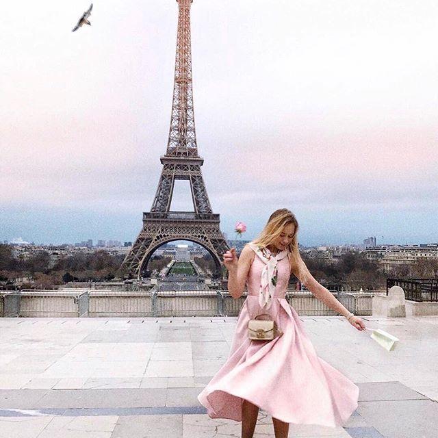 Этой зимой мы покорили Париж 😍 Только и успеваем ловить потрясающей красоты кадры от главных модниц и путешественниц 💘🎻🗼 Красавица @sonchicc выбрала для своей романтичной поездки платье из тафты нежно-розового цвета 🌸