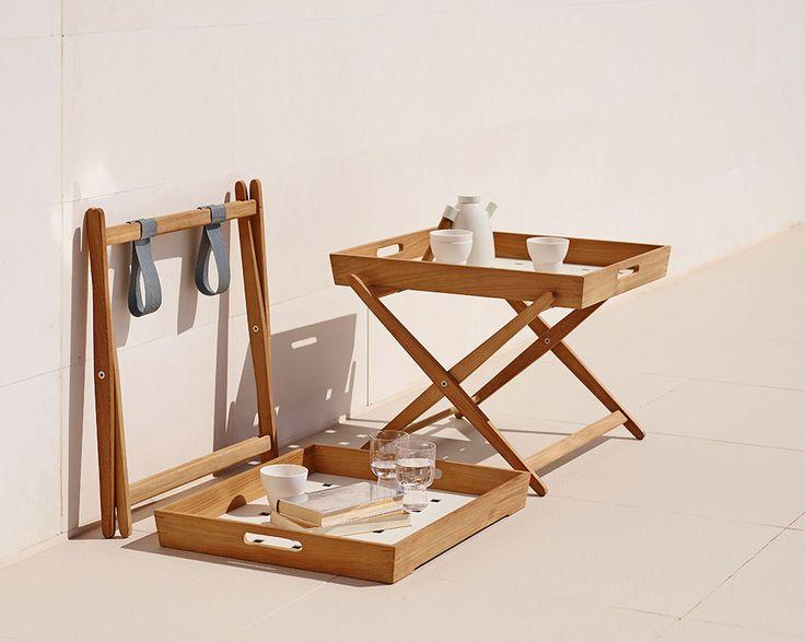 Amaze, ett användbart och funktionellt brickbord i teak formgivet av det danska designteamet Foersom & Hiort Lorenzen för Cane-line. Bordet består av två delar – en bricka med handtag på sidorna som även kan användas separat och en hopfällbar benställning. Både bricka och benställning har en vacker ytfinish.Amaze är en serie utomhusmöbler i obehandlad certifierad teak, samtliga handgjorda av duktiga hantverkare. Möblernatillverkas i teak dels för att teaken har ett tilltalande utseende...