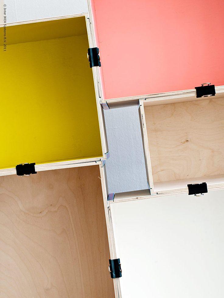 <p><strong>De trärena plywoodlådorna PRÄNT med sina fina detaljer inspirerade oss till att göra en lekfull hylla i kubismens anda! Olika lådformat gjorde det lätt att bygga upp en oregelbunden form, som är en av de stora hylltrenderna just nu.</strong></p> <p>För att få stabilitet i hyllan fäste vi sektionernna både i sid- och höjdled med enkla svarta plåtklämmor som bidrog till helhets-uttrycket. Voilà, en hyllning till PRÄNT!</p> <p><em>Anna L-B, Livet Hemma Redaktionen</em></p>