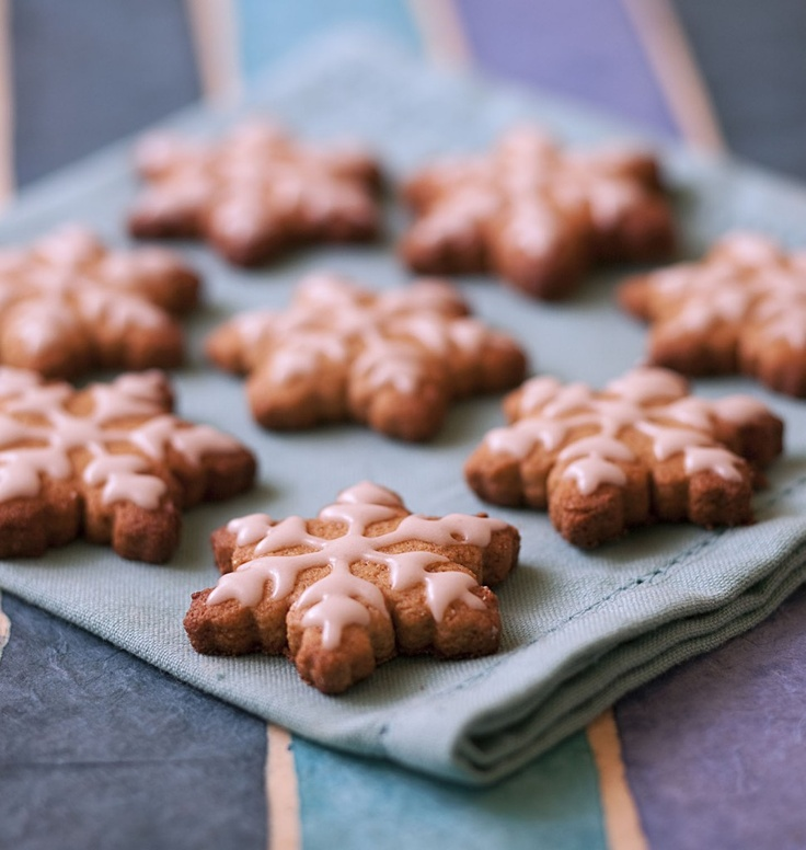 Petits biscuits de Noël à lépeautre en étoile et glaçage royal ...