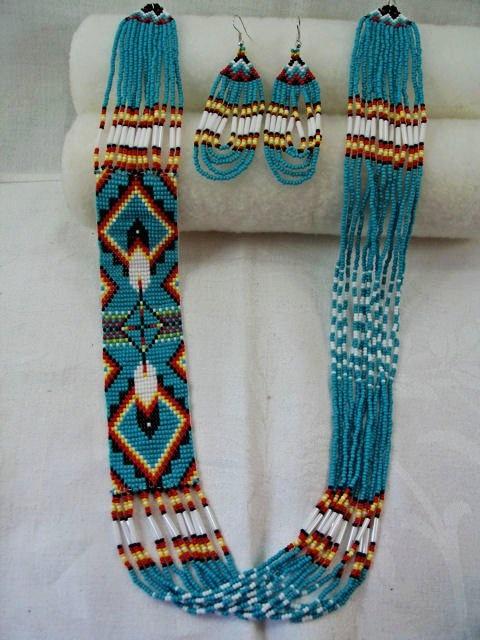 Traditional Native American Indian Navajo Style Feather Design Loom Beadwork Necklace and Earrings Set. Conjunto tradicional nativos navajos americanos, conjunto collar y pendientes tejido en telar con cuentas.