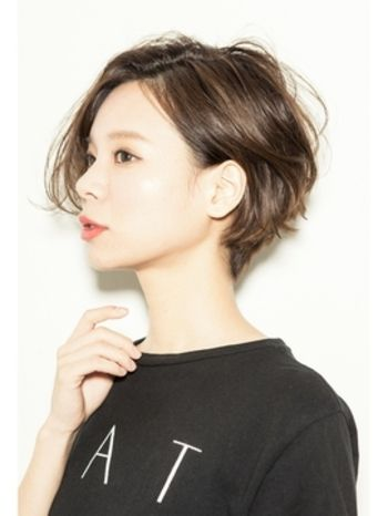 前髪のないショートヘアは、耳かけですっきりと大人っぽい雰囲気に。