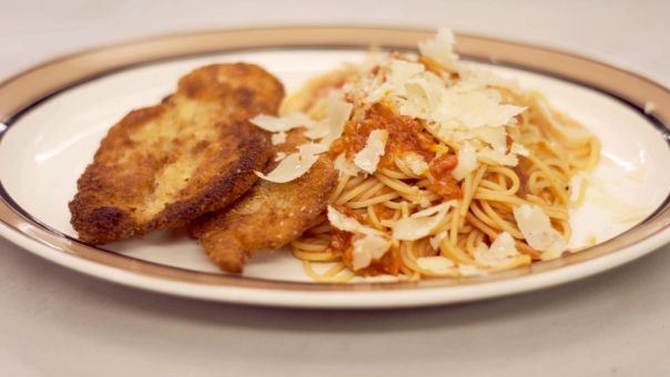 Eén - Dagelijkse kost - Gepaneerde kip en pasta met verse tomaat
