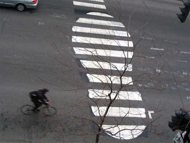"""Guardate come lo street artist Roadsworth ha trasformato le strade della cite di Montreal. """"Where Wordsworth is a poet of words, Roadsworth is a poet of roads"""" dice sul suo sito internet: ed è verissimo!"""
