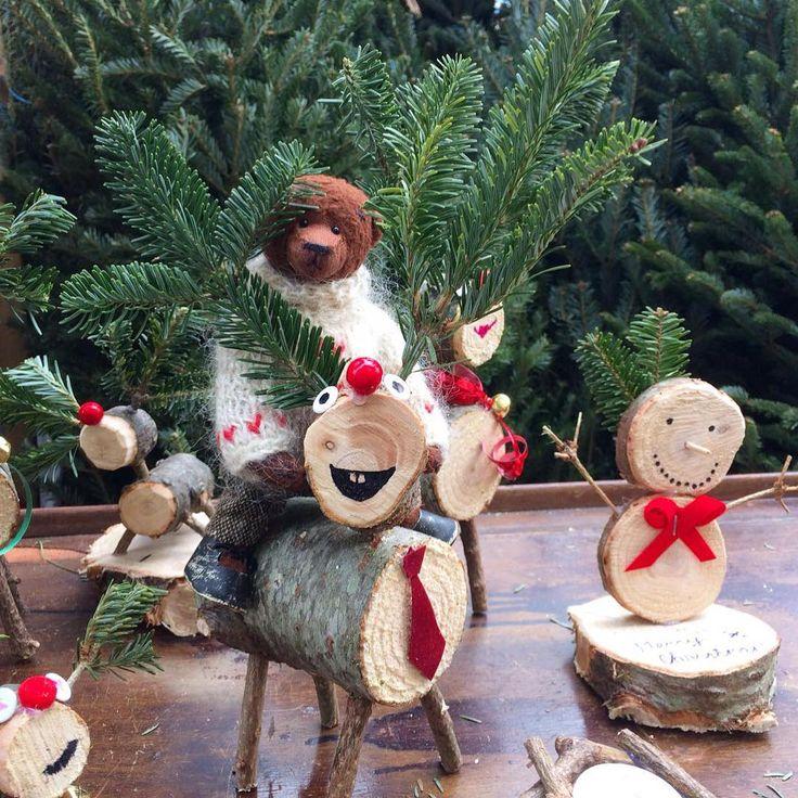 Это одна из моих любимых фотографий. ❤️ Я радовался, как ребенок. Ведь так здорово прокатиться на Рождественском олене. И пусть сейчас он такой маленький и кажется не живым, это он просто замаскировался. Вот придет Рождество, и все оживет! А я с вами прощаюсь, друзья мои. Сейчас я уже в Москве, и очень скоро полечу к маме в Челябинск. Соскучился, и мама по нам очень соскучилась. С любовью, Ваш Кейси.  #KaseyAndHisTravels #olgasbears #teddybears #loveteddybears #teddybearsbyolgamayorova...