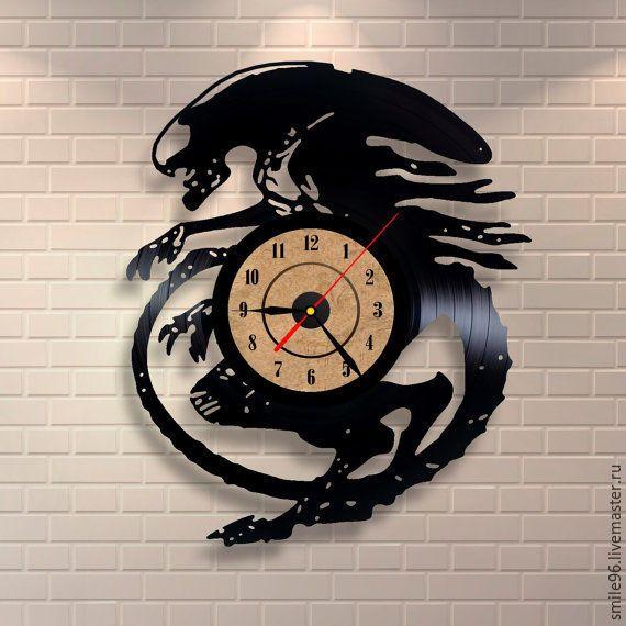 Купить или заказать Часы из пластинки 'Чужой' в интернет-магазине на Ярмарке Мастеров. Часы делаются из старых виниловых пластинок. У каждого изделия своя история, своё настроение и чтобы его передать полностью мы сохраняем родную упаковку пластинки. Для надежной транспортировки, часовой механизм пакуется отдельно, прикрепить его не составит особого труда. В упаковку вкладывается лист фанеры для максимальной защиты изделия.