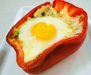É basicamente misturar os ingredientes, rechear o pimentão e quebrar um ovo por cima deles antes de levar ao forno. Veja aqui a receita.