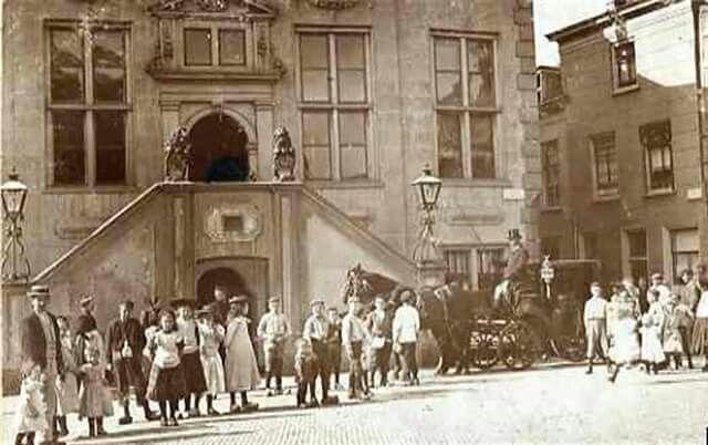 Stadhuis 1900,de eerste trouwerij met een koets.