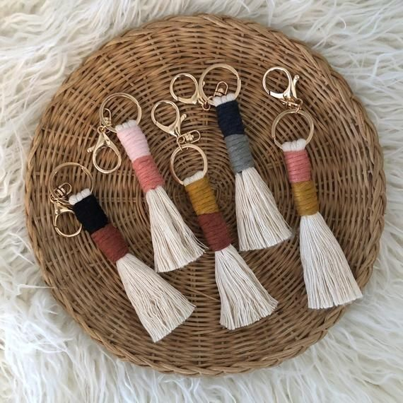 Un llavero fácil de hacer y muy lindo, espero que les guste 😉. Tassel Keychain, Diy Keychain, Passementerie, Macrame Design, Macrame Projects, Macrame Knots, Macrame Patterns, Yarn Crafts, Diy Crafts To Sell