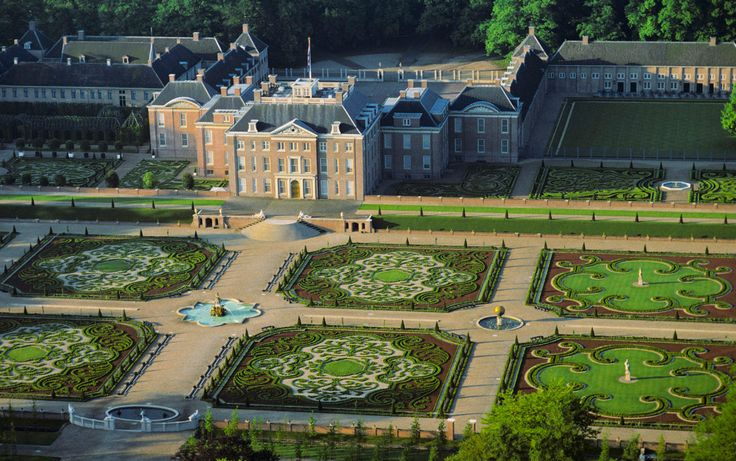 70 best royal palaces and castles images on pinterest for Palacio de versalles jardines
