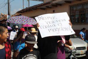 Miles de personas, entre ellas manifestantes vestidos con el atuendo de los parachicos (danzantes tradicionales de Chiapa de Corzo), marcharon este jueves en Tuxtla Gutiérrez, Chiapas –donde mentorestomaron cuatro edificios públicos–, en apoyo al movimiento magisterial y para exigir la salida de la Policía Federal de la entidad. En tanto, maestros afiliados a la Coordinadora […]