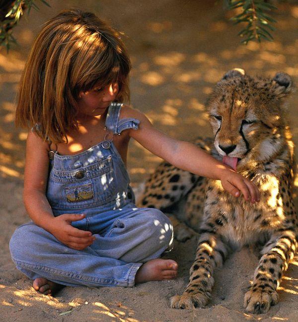 アフリカの野生動物とともに育てられた女の子の眼差しと笑顔にグッと来る