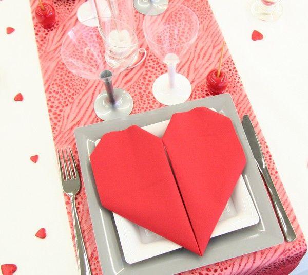"""Le pliage de serviette, en forme de cœur, finalise parfaitement cette composition spécial """"Saint-Valentin"""" !"""