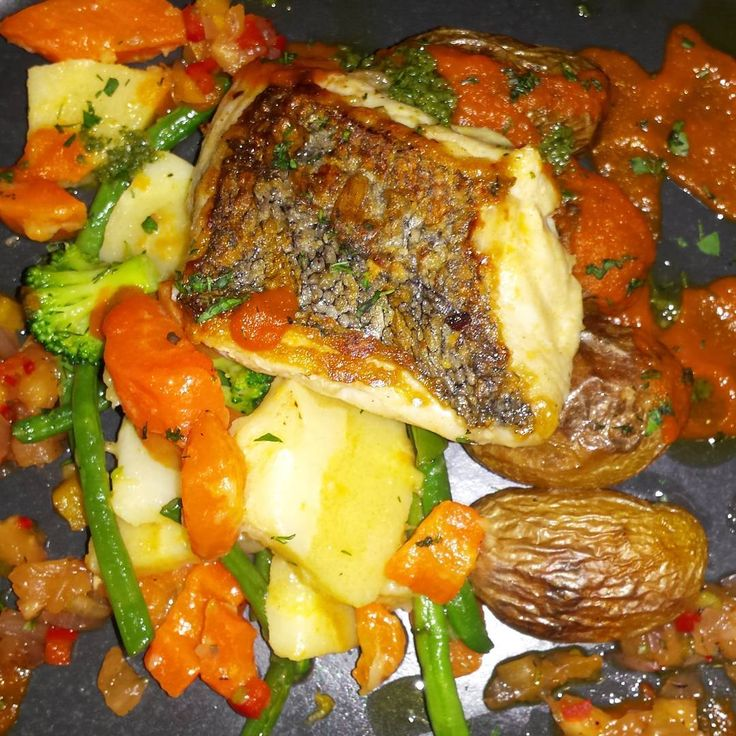 "8 oznaka ""sviđa mi se"", 2 komentara – Magdalena Jelić (@megwrite) na Instagramu: ""#special #hake #vegetables #babypotatoes #lunch #redpeppers #cafesol #kilkennycity #goodfood…"""