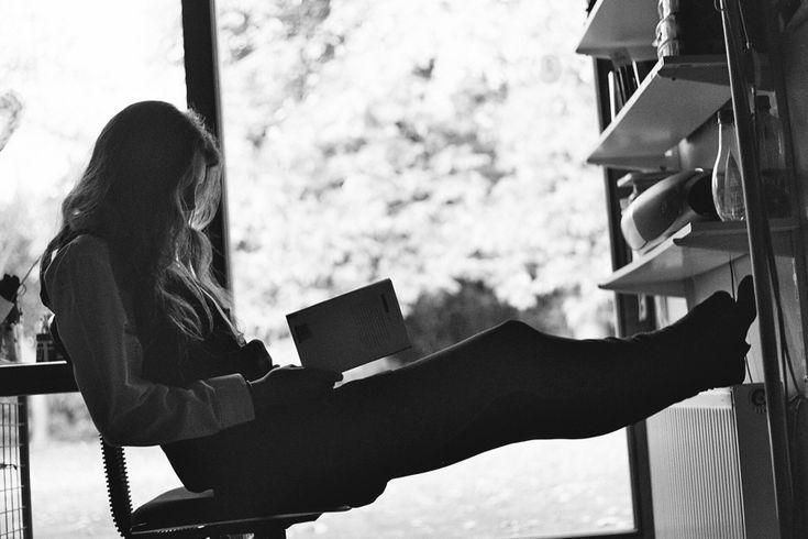 Mujer Leyendo El Libro En Blanco En El Jardín: People Reading In Black And White