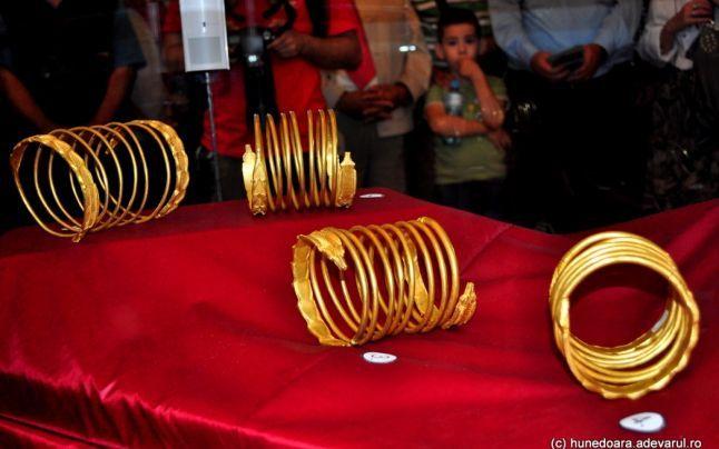 Cele mai valoroase piese de tezaur descoperite în Sarmizegetusa Regia sunt brăţările din aur masiv, din vremea dacilor, bogat împodobite. Obiectele unice spun povestea măiestriei cu care dacii prelucrau metalele, susţin istoricii. De-a lungul timpului, multe alte tezaure de bijuterii care au aparţinut vechilor locuitori ai ţinuturilor Carpaţilor s-au pierdut pentru totdeauna.