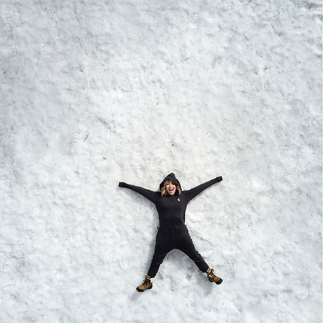 Do you wanna build a snowman?! ⛄️ South Lake Tahoe - California  @chisakihagata wears the Original Onesie  #snow #snowman #tahoe #southlaketahoe #winter #cali #onepiecenorway #adventures #jumpsuit #drone