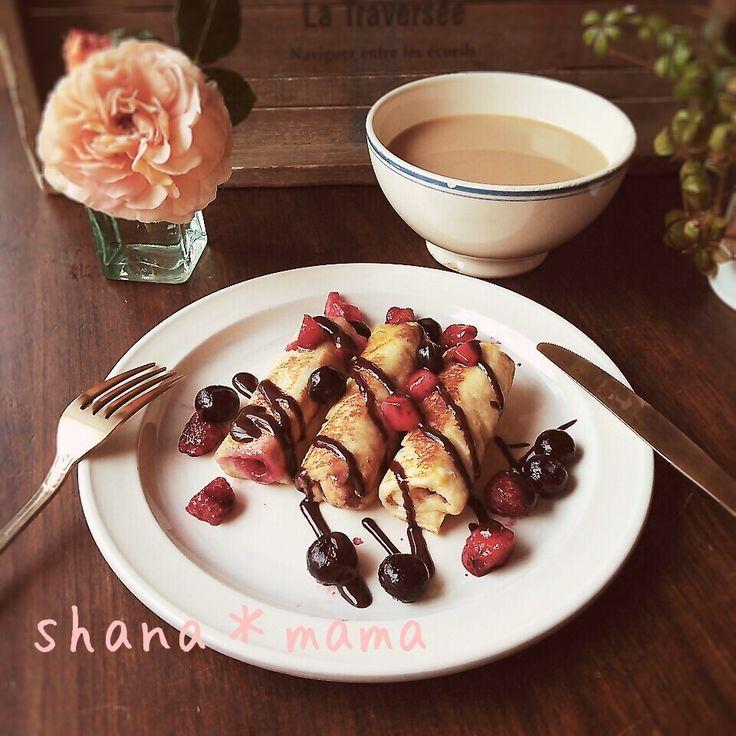 今日朝御飯~♪ 休日とは言え今日は小学校の参観日だったので優雅とは程遠い食卓でしたが…(;´艸`)♪ 私の持ってるレシピ本に載ってたフレンチトースト♪その名もフレンチトーストロールです(#^.^#)♪ 好きなフルーツやクリーム♪ソースを巻き巻き~♪卵液にくぐらせて焼くだけの簡単レシピ(*´艸`)♪ でも何だかお洒落に見えますよね~♪ 今日はチョコソースにバナナ♪いちごジャムに冷凍ミックスベリーを巻き巻き♪どちらもとっても美味しく出来ました~(〃)´艸`)オイシー♪ フレンチトーストロール♪ サンドイッチ用食パン 6枚ぐらい 卵 1個 牛乳 100cc 好みのジャムやソース 適量 好みのフルーツ 適量 食パンは麺棒等で少し厚みを薄く伸ばす。好みのジャムやソースを塗り小さく切ったフルーツを乗せたら巻き巻き♪ ボールに卵と牛乳を合わせて混ぜた物にくぐらせる。 フライパンを火にかけバターを敷いて巻き終わりを下にして並べ、転がしながらこんがり焼いたら出来上がり(#^.^#)♪ 好みでチョコソースやベリーを散らして♪♪♪ レシピ本にはクリームチーズに砂糖を混ぜた物とフ...