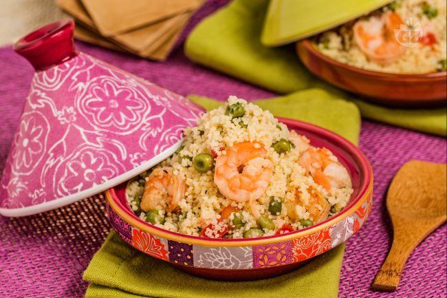 Il couscous con piselli e gamberi è un saporito piatto, veloce e facile da preparare, da servire sia caldo che freddo.