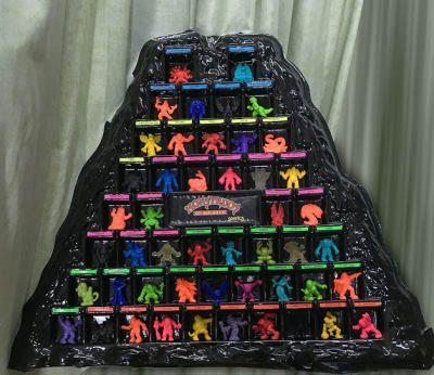 Aquí si podías demostrar tu nivel de obsesión. Estaba la opción de solo coleccionar las figuritas, pero también podías tener los mini cómics, aprenderte toda la información y puntaje de cada monstruo. Lo máximo era poder conseguir el volcán para poderlos acomodar todos.
