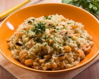 Risotto au saumon et oignon, spécial chrono-nutrition : http://www.fourchette-et-bikini.fr/recettes/recettes-minceur/risotto-au-saumon-et-oignon-special-chrono-nutrition.html