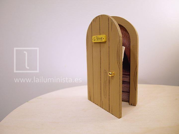 Puerta para el ratoncito Pérez redonda y de color marrón. En el interior de esta puerta para Pérez descubrirás la cueva a través de la que viaja Pérez para dejar su sorpresa y recoger el diente. En el interior hay un cestillo para dientes personalizado con el nombre del niño. Hecho a mano en el taller de La iluminista.