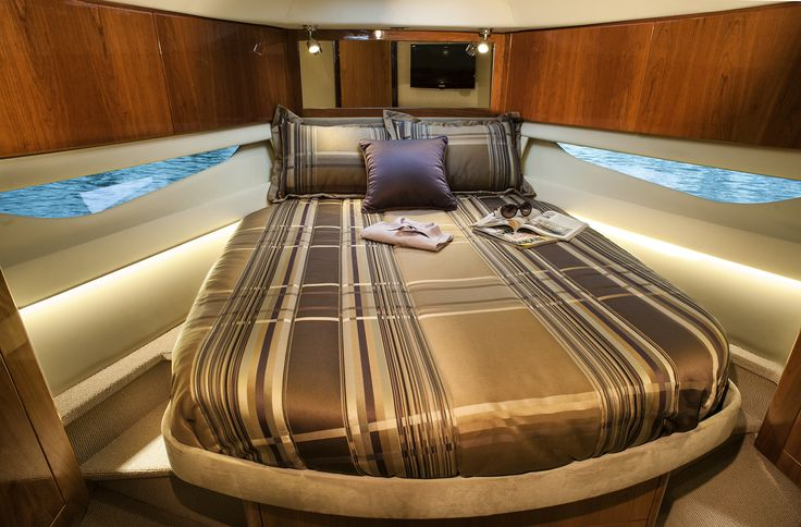 Riviera 4400 Sport Yacht Cabin