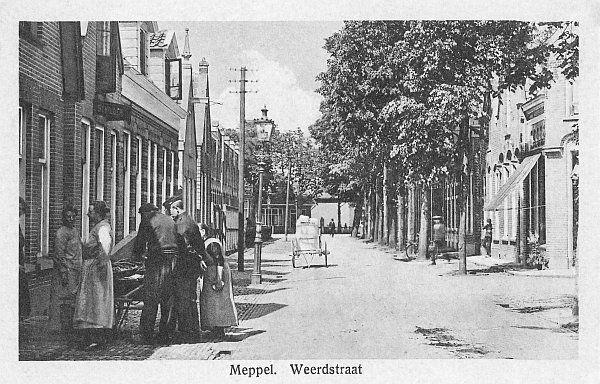 OM-fotoarchief: Foto 1190  rechts de Weerddwarsstraat   Weerdstraat (1925 - 1930)  Weerdstraat richting Kastanjelaan, met rechts de ingang naar de Weerddwarsstraat. Aan het eind van deze foto staat de woning Kastanjelaan 1, die in 1920 door de toenmalige directeur van gemeentewerken J. Dekker werd gebouwd. Een visboer uit het land van Vollenhove probeert zijn waar in deze straat aan de man (vrouw) te brengen. Links de ingang van het sportterrein van voetbalvereniging MSC.