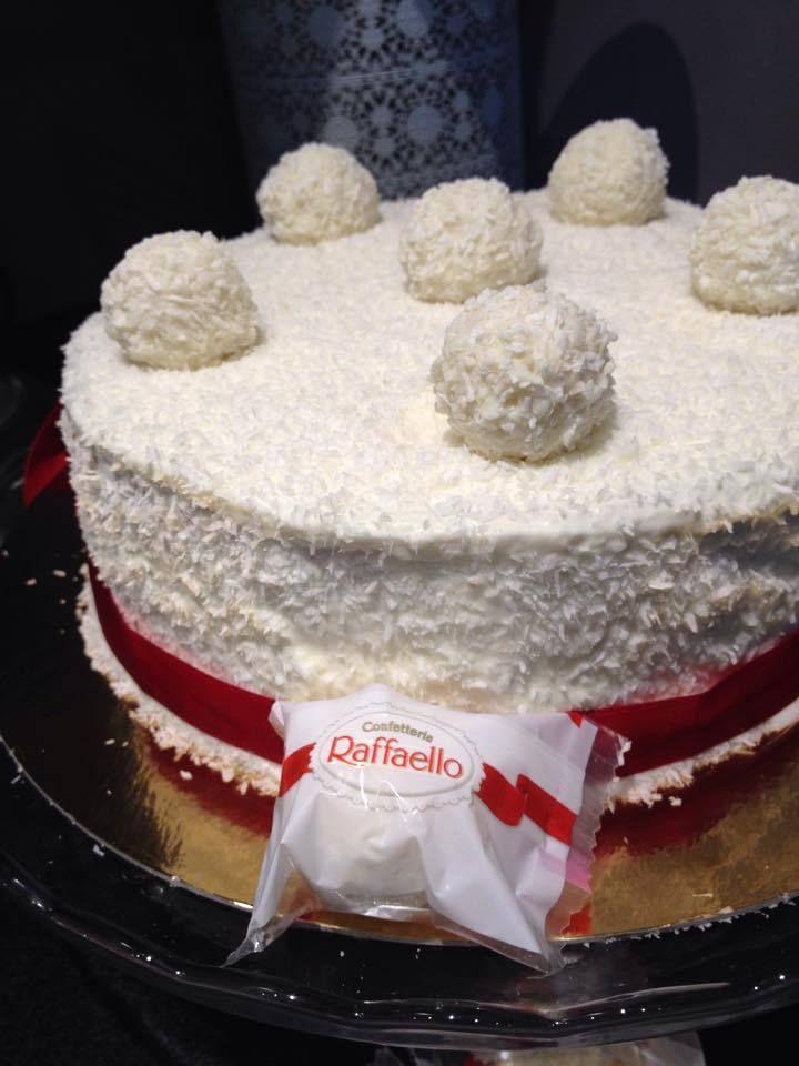 Je tien a vous présente aujourd'hui ce joli gâteau Raffaello qui est vraiment un pur délice :) pour ceux qui aime la noix de coco vont vraiment aimé ,en plus de ça il est super facile a faire . ingrédients pour Génoise : 4 œufs 120 g de sucre 120 g de...
