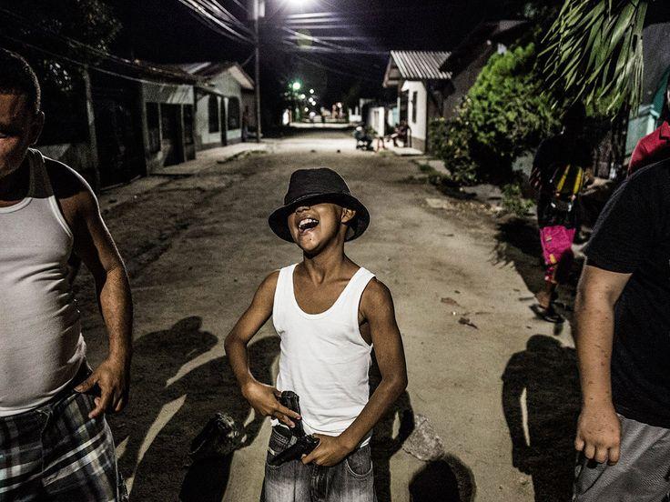 Категория «Современные проблемы». Бандитская жизнь в Гондурасе. (Фото Javier Arcenillas | 2017 Sony World Photography Awards)