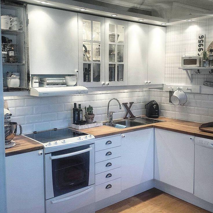 Såhär såg vårat kök ut när vi bodde inne i centrala Umeå. Vi hade en jättecharmig 30-tals lägenhet på Haga. Stora fina fönster, högt i tak och supermysig. Tyvärr blev den i minsta laget när Nils kom till världen. Nu bor vi ju bara i en hyresrätt och det finns en anledning till varför jag sällan visar köket.  Det är så fult så ingen skulle vilja se det  Vi lägger ju inte ner några pengar på renovering av kök, nu när vi kollar hus.