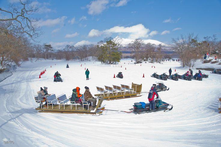 """L'Onuma Park è un'area che sorge nei pressi di Hakodata, in #Hokkaido, ed è un """"quasi-national park"""". Qui, a seconda delle stagioni, è possibile svolgere una grande quantità di attività ricreative incentrate soprattutto sull'omonimo lago. Infatti, se in estate le calme distese d'acqua sono ideali per pescare e praticare sci nautico, in inverno esse ghiacciano, diventando una grandissima pista per gli amanti delle motoslitte!   #Japan #Hokkaido"""