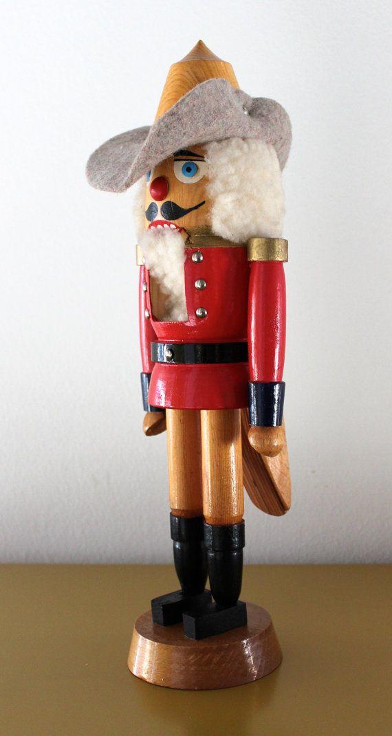 Sehr gut erhaltener Vintage Nußknacker in Figur eines Musketiers aus den 70er Jahren.  Der Nußknacker hat eine schöne Größe, er ist 37 cm hoch und somit ein tolles Dekoobjekt in der Weihnachtszeit. Die Kopfbedeckung ist aus Filz und die Haare und der Bart aus Schafswolle Die Figur stammt aus dem Erzgebirge und wurde handbemalt.  Der Nußknacker ist in einem sehr guten Vintage-Zustand. Er stammt aus einem Sammlerhaushalt und ist daher sehr gepflegt.  Eine zauberhafte Weihnachtsdeko zum Shabby…