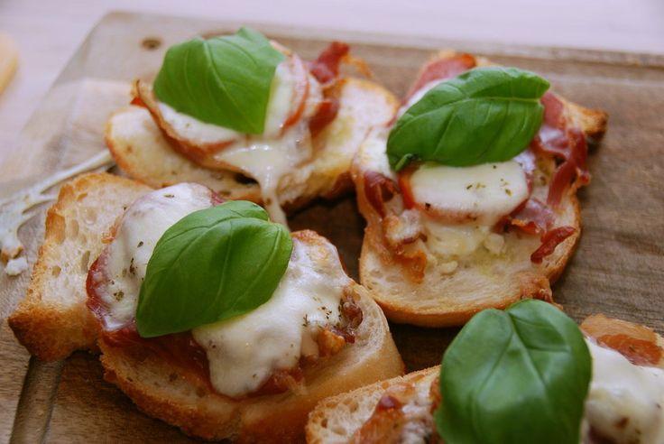 Bruschetta er en lækker og enkel forret, der stammer fra det centrale Italien. Bruschetta bliver ofte serveret som en antipasto, som betyder forret på italiensk. Men dukan også sagtens servere den…