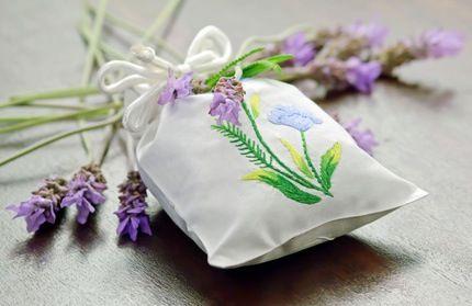 Les mites des vêtements -sachets en tissus contenant de la lavande. Ce répulsif permettra aussi d'avoir une garde-robe parfumée ! Faites sécher les fleurs de lavande fraîches sur du papier journal pendant plusieurs jours. Égrainez ensuite les fleurs de lavande séchées. Remplissez-en dans vos sachets en tissus. Nouez l'ensemble avec de jolies rubans.Disposez les sachets dans vos armoires