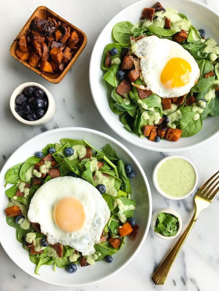 Herzhafter Frühstückssalat + cremiges Koriander-Jalapeño-Dressing