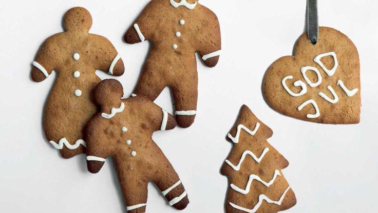 Spis de sprøde peberkager med det samme, eller hæng dem op som hyggelig julepynt. Her får du en klassisk opskrift på peberkager med hvid glasur