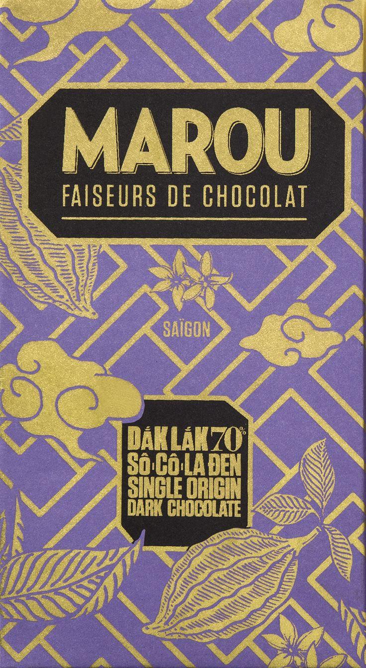 Vietnamesiska chokladproducenterna Marou har upptäckt kakaobönor som växer i norra Sydvietnam, vilket är så långt norrut som kakao kan växa. Smaken på chokladen är fyllig men ändå en mjuk smak av rostade mandlar och karamelliserat socker som får sällskap av syrlig persika och dova, kryddiga kakaonoter i eftersmaken. Chokladen innehåller endast kakao och rörsocker.  #Marou #Singleorigin #beantobar #choklad #mörkchoklad #Vietnam #DakLak #Beriksson