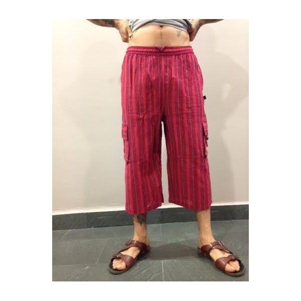 Pantalón hippie a rayas de hombre o unisex hecho en Nepal, 100% alogodón, con bolsillos a los lados con cierre de botón de coco. Cintura elástica y cordón de ajuste. Pantalón hippie a rayas pirata en tonos rojos.
