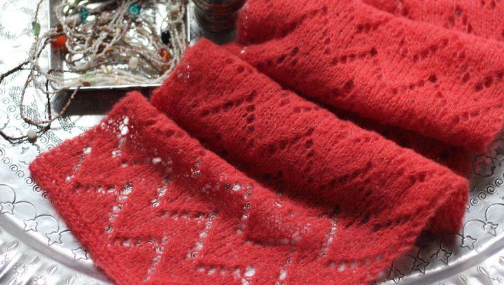 Strik det blødeste bløde tørklæde til en, du holder af, eller forkæl dig selv. Hulmønsteret beskrives pind for pind i strikkeopskriften. Her er brugt 2 nøgler af det spritnye, lækre alpaca-silkegarn fra Drops, men vil du have tørklædet længere, bruger du selvfølgelig bare et nøgle til