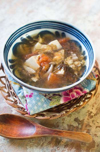 定番酢の物から天ぷらまで♪夏になる前に旬でいただきたい「もずく」の ... 辛さと酸っぱさが後を引くサンラータンスープ。こちらのレシピでは、