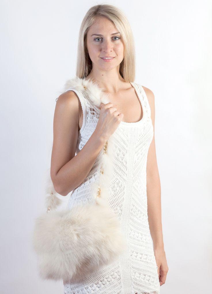 Originale ed elegante borsa a tracolla in volpe bianca naturale, ideale anche per la sposa d'inverno. Accessorio in pelliccia naturale lavorato a mano artigianalmente in Italia da esperti designer di pellicceria. www.weddingfur.it