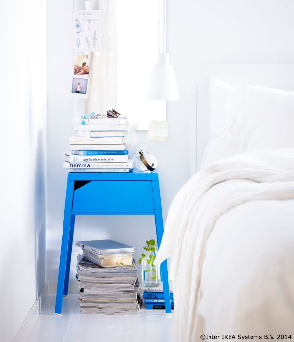 Aici merg la culcare telefoanele mobile și tableta. Pentru că în noptiera SELJE are loc un prelungitor pentru încărcătoare, iar firul ajunge ușor la priză prin spaţiul din spatele sertarului. www.IKEA.ro/noptiera_SELJE