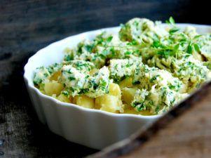Igår kväll åt vi så galet god potatis, nämligen mina smashed potatoes på färskpotatis med ört- och vitlökssmör. Fantastiskt gott tillbehör, lika gott till kött, fisk & fågel. Och...