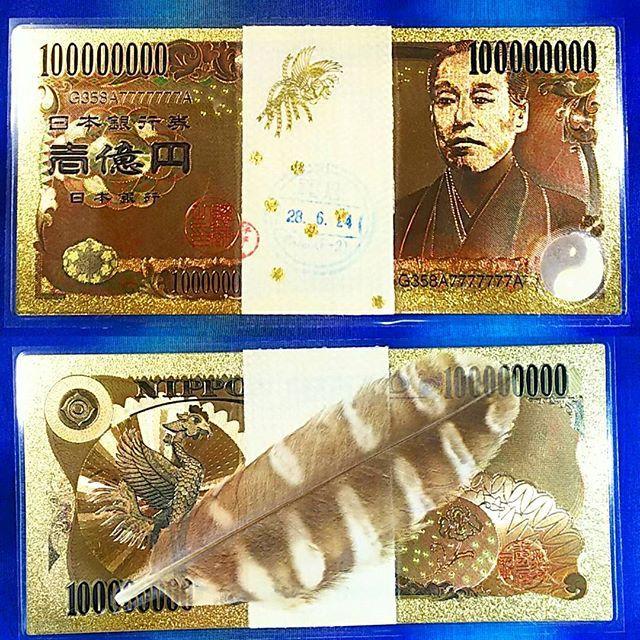 【mamikano】さんのInstagramをピンしています。 《作品のご紹介です(*^^*) . . 金運☆ 開運 純金 一億円札 一千万円の帯封 白蛇 お守 お金 紙幣 財布  白蛇の抜け殻と梟の羽、タイガーアイと水晶を使いましたお守りになります。  お守りは 実写です☆ . . 純金加工された壱億円札です  金は金運・財運UPの風水カラーです . . ※ご注意  純金のお札は 通貨の一万円札と同じサイズですが、ラミネートしているために端の部分がそれよりも 一回り、大きくなります . . ☆壱億円札  壱億円札をお財布に入れると お金を呼び込む効果が有ると言われています♪  印字の英数字には意味が有り…  Gは GOLD、GOD、GOODを表し  358は . ・お釈迦様が悟りを開いた年 ・風水でも縁起が良い3-5-8 . ・出雲の銅剣と太陰暦 ・エンジェルナンバー 358は、 アセンデッドマスターから見守られている数 それぞれの数字には天使からの深いメッセージが込められています。数字の真のエネルギーに触れたとき、天使からのメッセージがより深く心の中に入ってきます。…