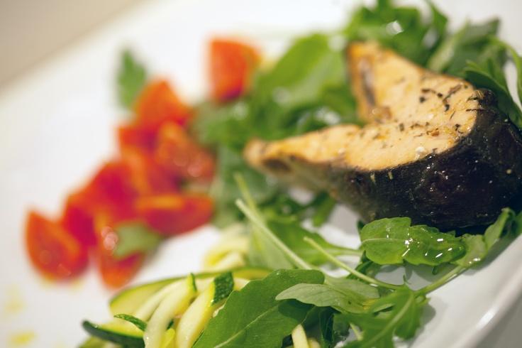 Kuchnia Bazylii: Łosoś na rukoli z makaronem z cukinii i pomidorkami koktajlowymi